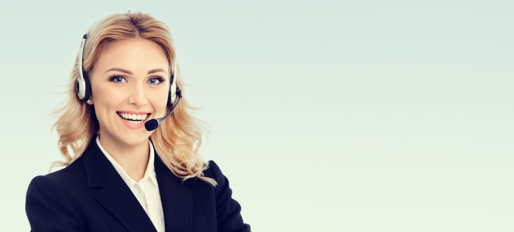 Junge Frau mit Headset zuständig für Fernwartung